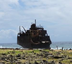 Halve tanker op Klein Curacao