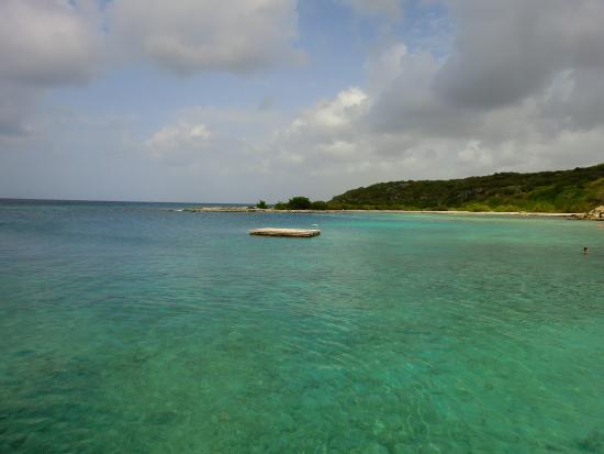 Het zwemplatform van Jan Thiel strand in het blauwe Caribische water.