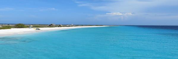 Het strand van Klein Curacao vanaf de boot